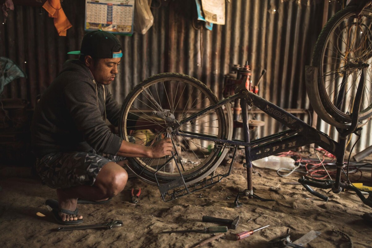 Magan modifica su bicicleta para crear la famosa 'Franken-bike'. Imagen: nationalgeographic.