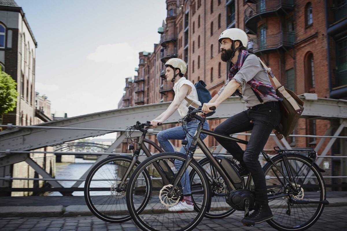 Ahora las personas acuden a las bicicletas eléctricas para ir a sus trabajos. Imagen: El País.