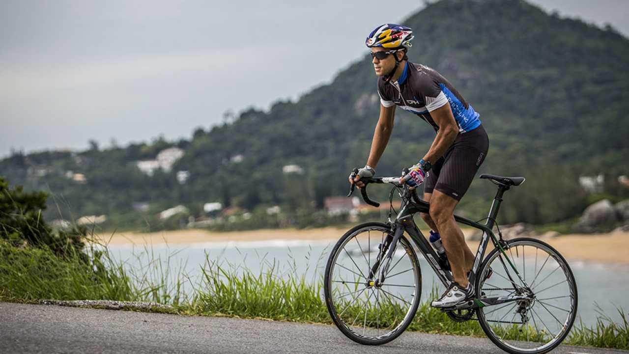La zona de la cadera no está por detrás ni por delante de la línea imaginaria del eje de pedaleo. Imagen: deportesaludable