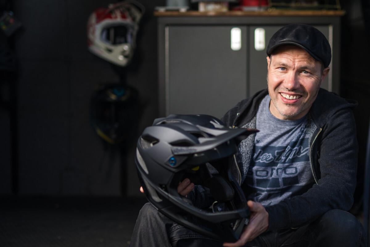 La firma estadounidense Troy Lee Designs presenta su nuevo casco, el Stage ultraligero de 700 gramos.