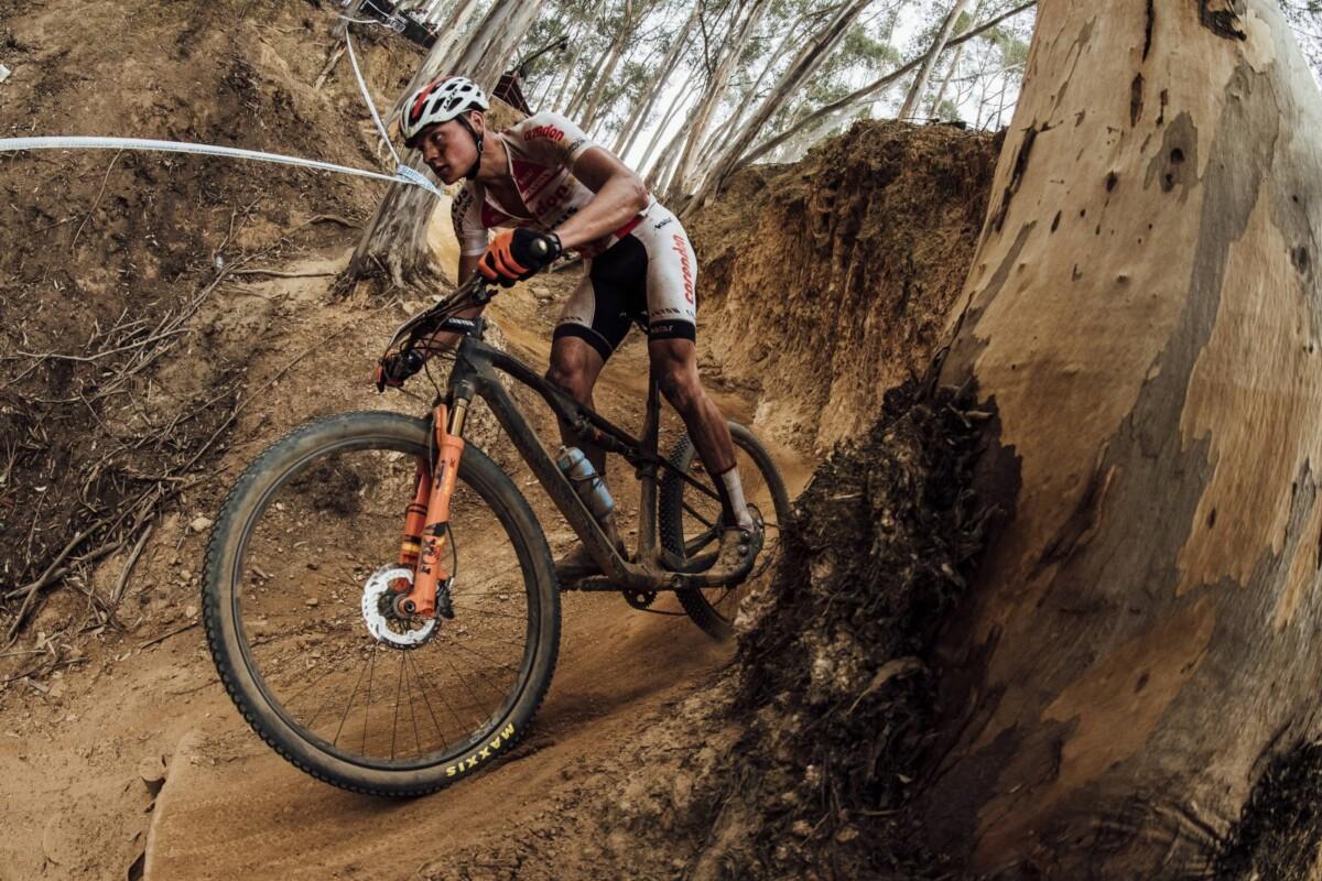Con doble suspensión, un marco construido completamente en fibra de carbono y neumáticos Maxxis, esta bicicleta desafiará lo más duros terrenos de la montaña. Imagen: Brujulabike