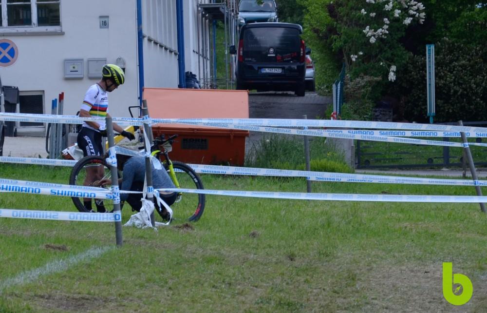 El campeón del mundo de MTB tuvo que abandonar la competencia por un daño en su sistema de cambios electrónicos. Imagen: brujulabike