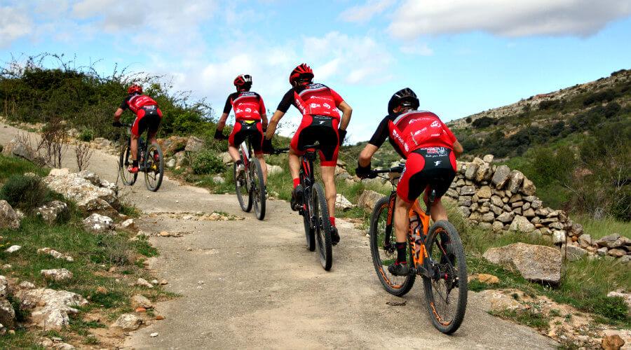 Rodéate de un buen grupo de bikers e intercambia experiencias en los trayectos. La mejor forma de aprender es sufriendo en la montaña.