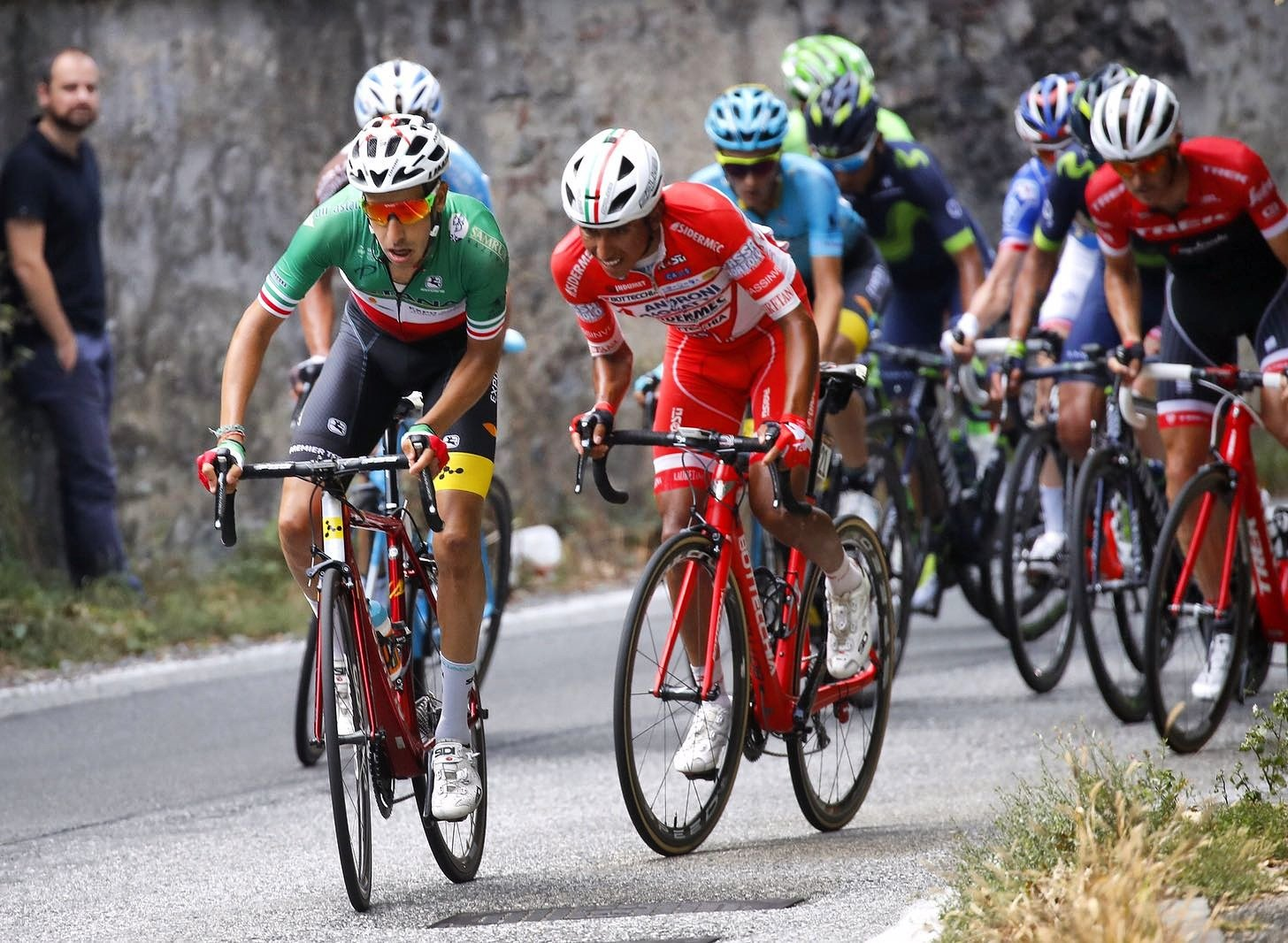 Egan Bernal, de uniforme rojo, pedaleando en su primera Gran Clásica: La Milano-Torino.
