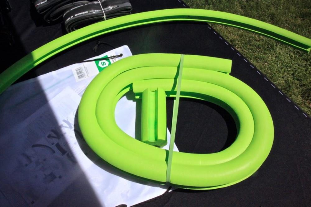 La espuma protectora se introduce al interior de la llanta Tubeless y es compatible con el liquido de sellado. Imagen: brujulabike
