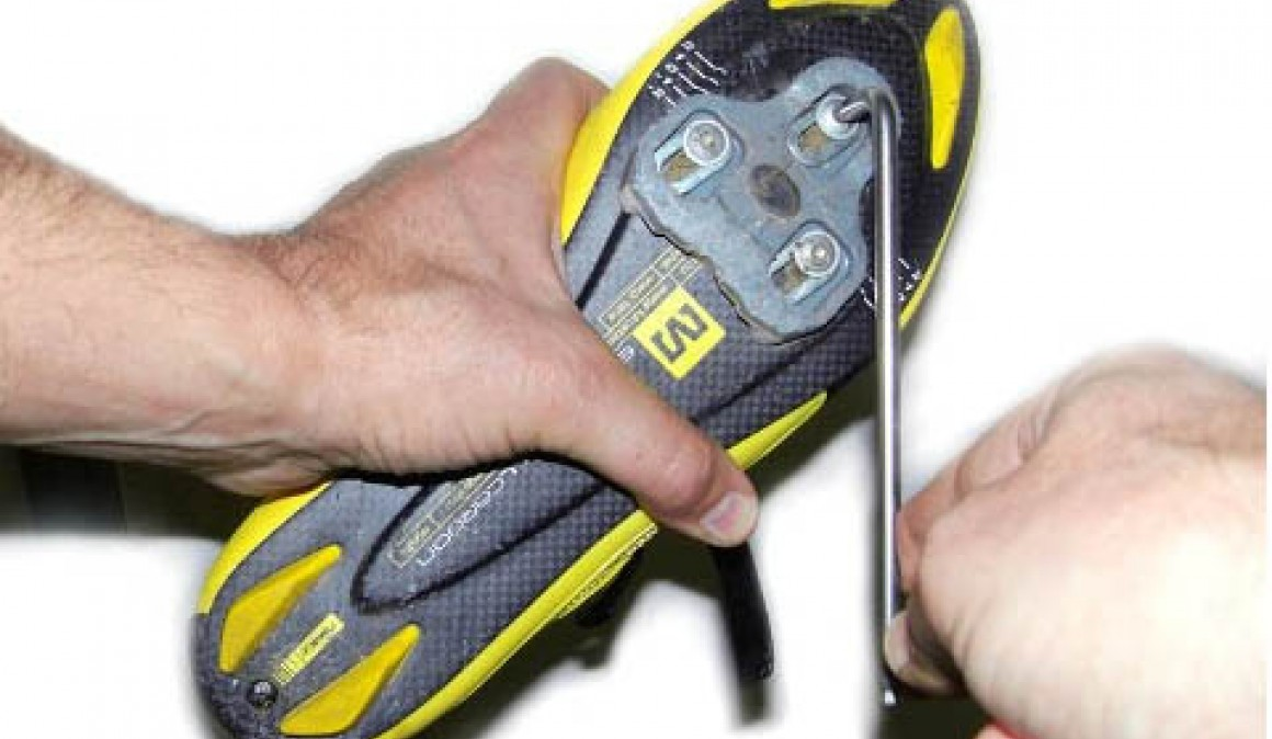 Une la zona de la cala que cae sobre el eje del pedal con las marcas que mediste previamente. Imagen: ciclismoafondo