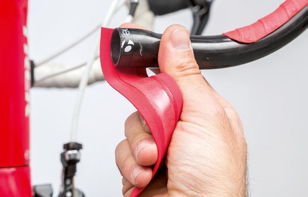 Procura que una parte de la cinta sobresalga por fuera del manillar. Imagen: ciclismoafondo