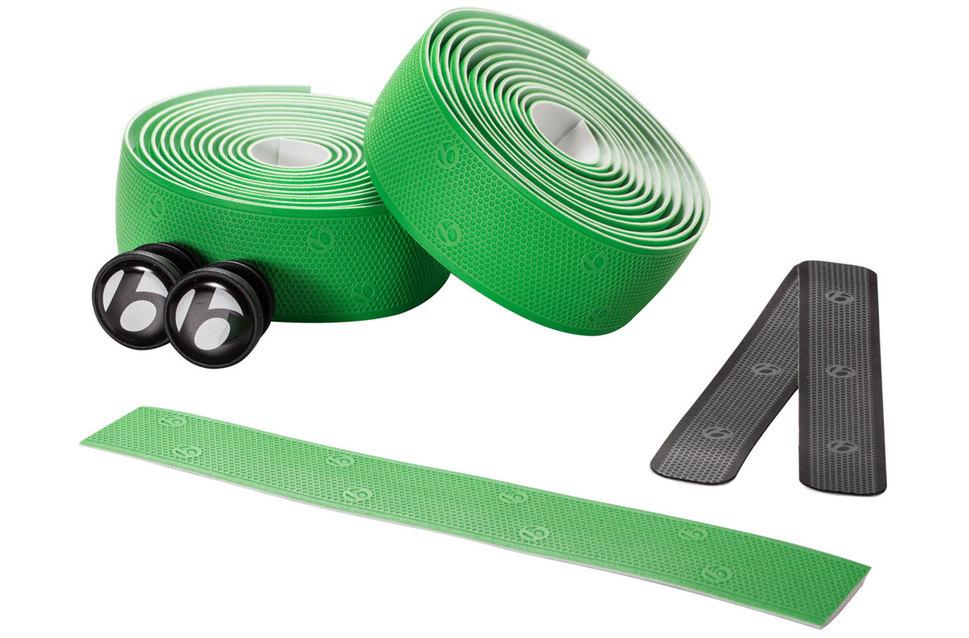 Existen diferentes kits de cintas de manillar que varían en el color. Por lo general. un paquete de cintas nuevas viene con los tapones regulables para los agujeros del tubo de dirección y con pequeños trozos adhesivos que se pegan detrás de la maneta. No olvides incluir la cinta aislante.