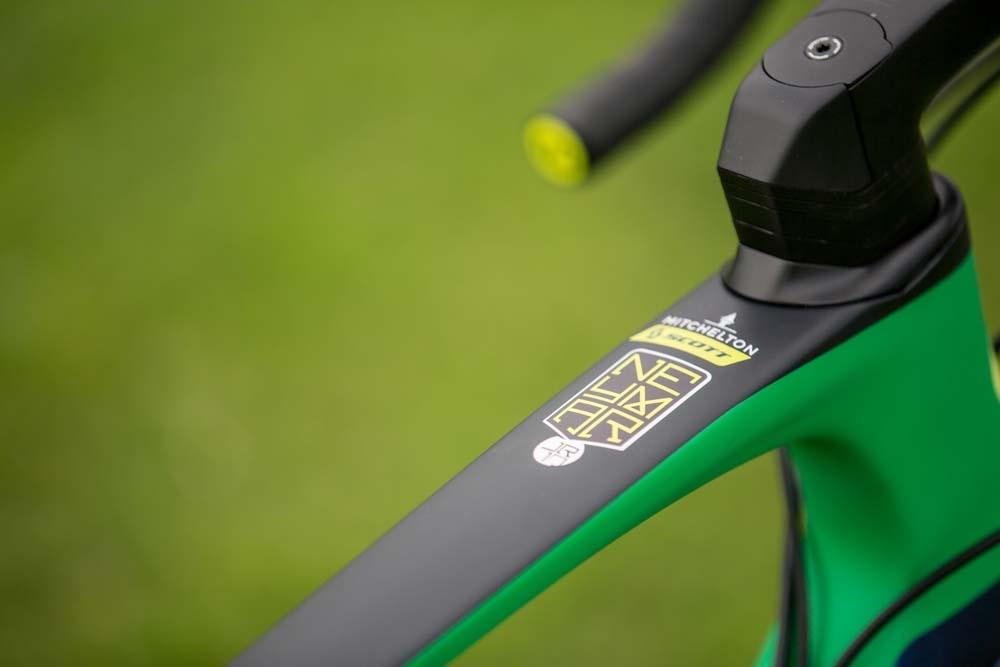 Su marco de fibra de carbono lleva el logotipo oficial del jugador. Detalles únicos de un diseño personalizado.
