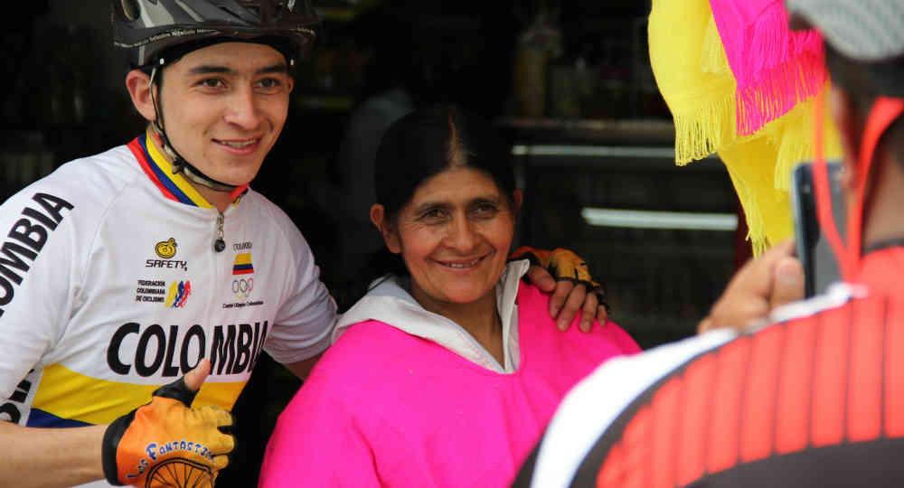 En Combita Doña Eloisa es casi igual de famosa a su hijo. Hasta allí llegan cientos de ciclistas a tomarse una foto con ella. Imagen: Semana
