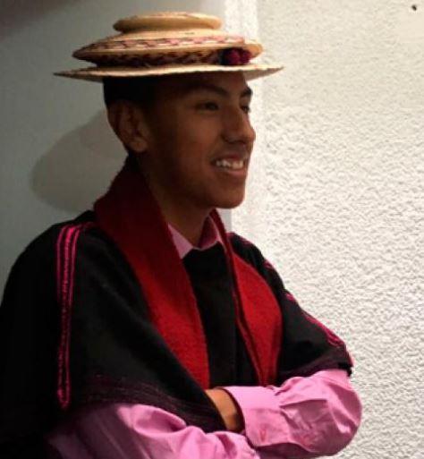 El destacado corredor luce orgulloso sus trajes típicos.