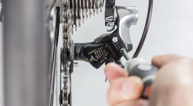 Ubícate sobre el tornillo L y dale el ajuste necesario hasta que la cadena se deslice adecuadamente. Imagen: ciclismoafondo