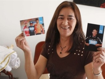 Doña Aracely Urán Durango, muestra orgullosa las fotos de su hijo.
