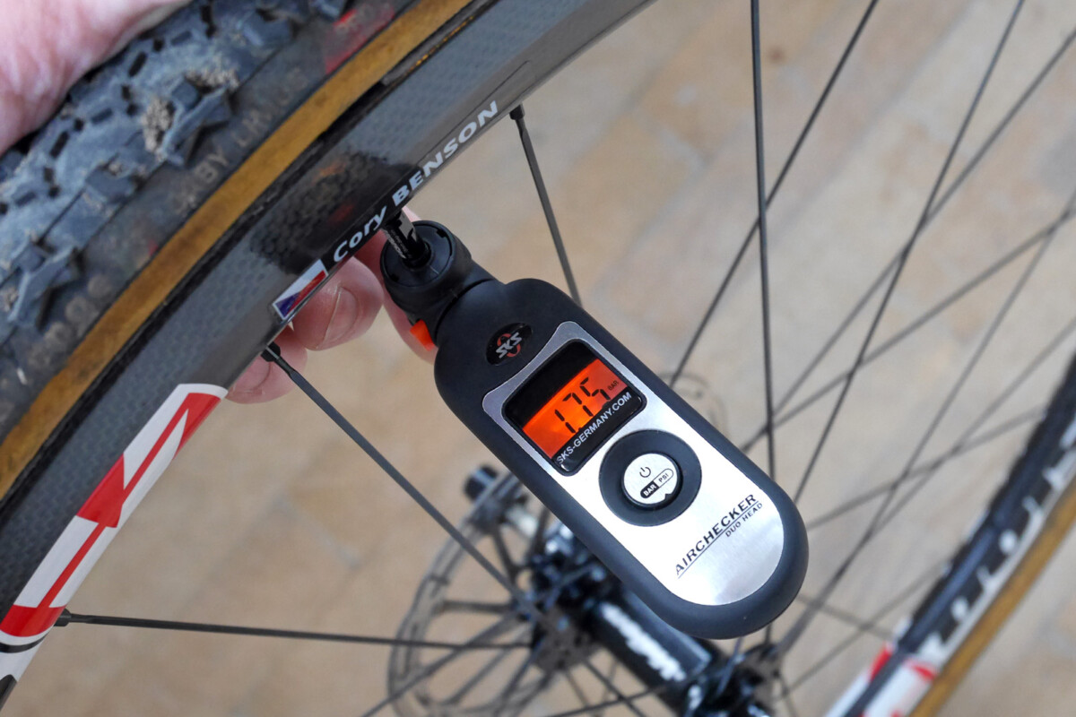Un manómetro digital o análogo te servirá para medir la presión de tus ruedas.