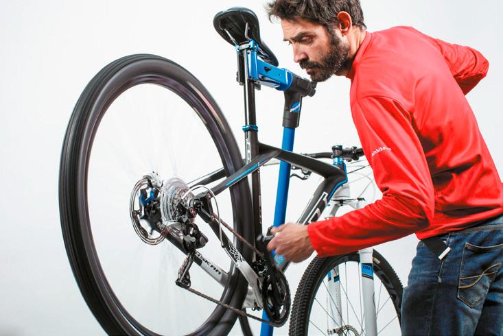 Ejerce la acción de pedaleo hasta que sientas que el movimiento de la cadena y la tensión del cable es el adecuado. Imagen: mountanbike