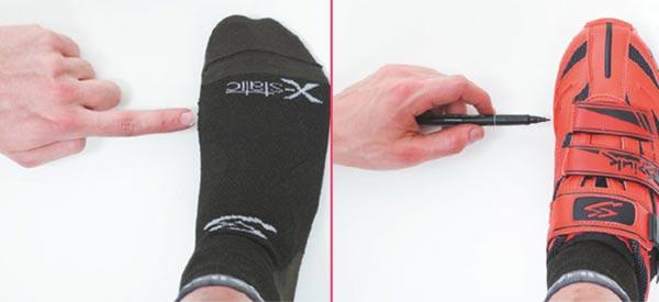 Con un marcador puedes marcar los puntos de referencia de ambos metatarsos para luego ubicar adecuadamente la cala. Imagen: todomountainbike