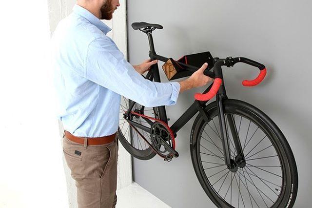 Ubica la bici sobre un soporte fijo antes de iniciar el proceso montaje de la cinta.