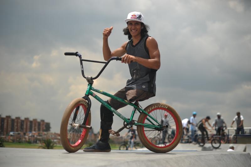 El rider colombiano que pedalea con una sola pierna
