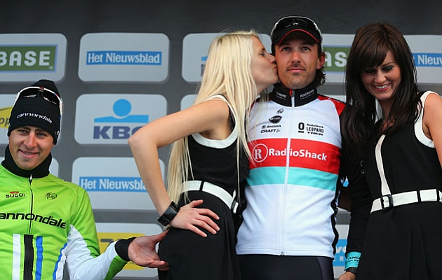 Sagan se sobrepasa con una modelos en el Tour de Flandes