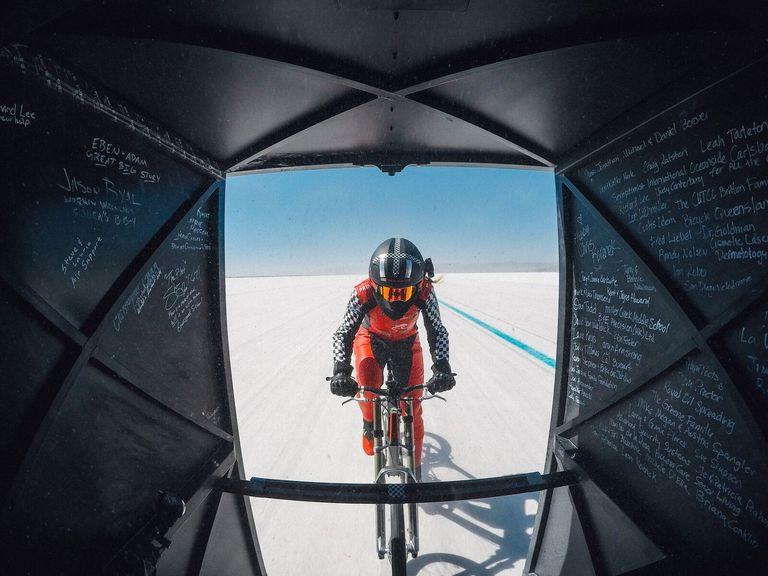 296 k/m: el récord de velocidad de una mujer en bicicleta