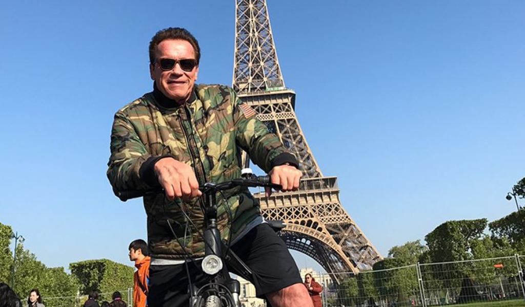 Arnold Schwarzenegger paseando en bici por París