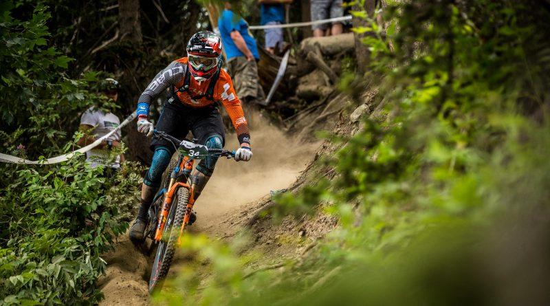 No le temas a los descensos y baja con seguridad en cima de una bicicleta doble