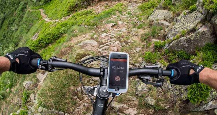 Lleva el teléfono sobre la bicicleta.