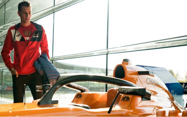 Vincenzo Nibali mira un auto McLaren