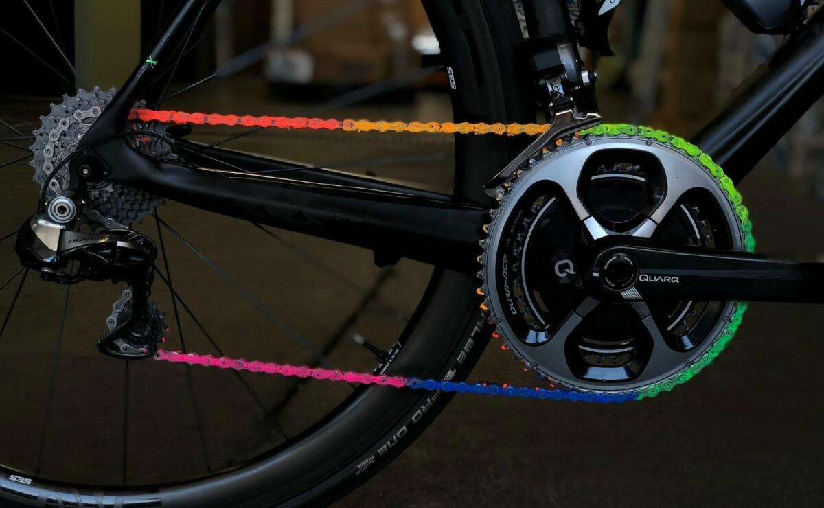 La cera de colores que lubrica la cadena de tu bicicleta