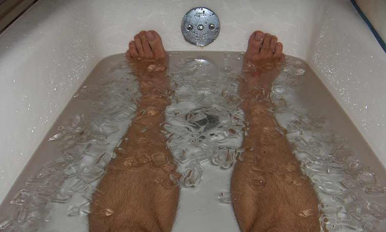 Proceso de recuperación de las piernas en bañera con agua helada