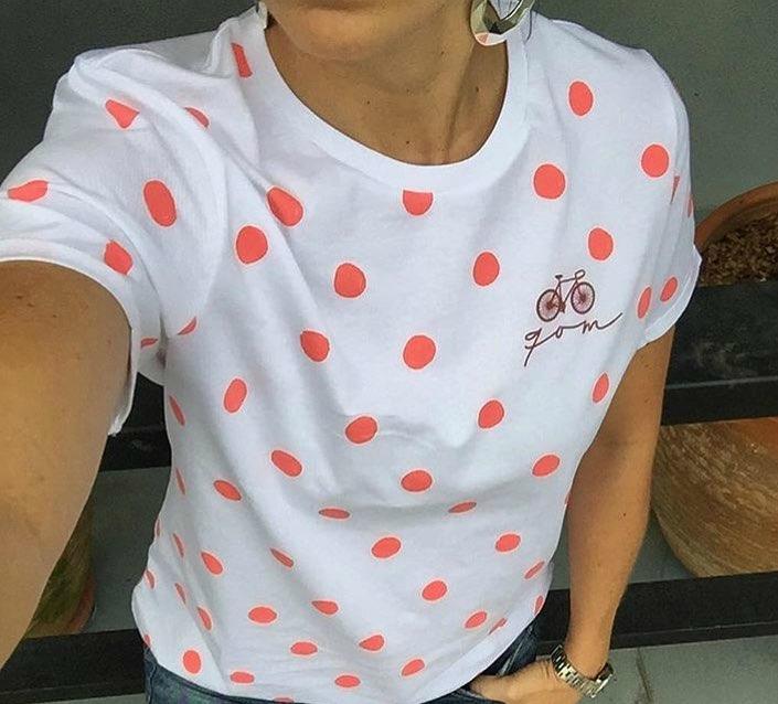 Camiseta de puntos rojos alusiva a reinas de la montaña