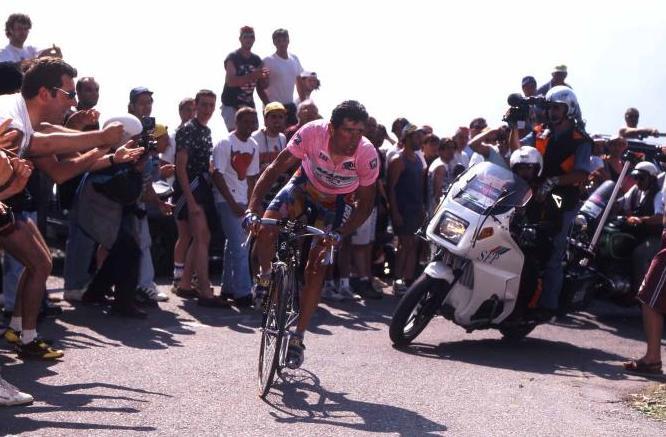 Olano en el Giro del 96 subiendo el mítico Mortirolo