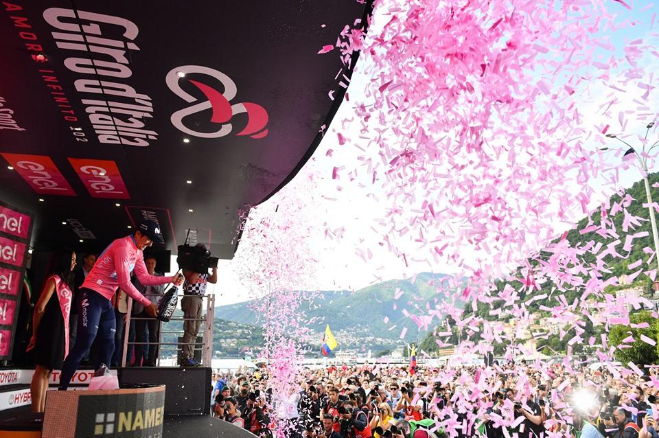 Carapaz celebra en el podio de la etapa 14