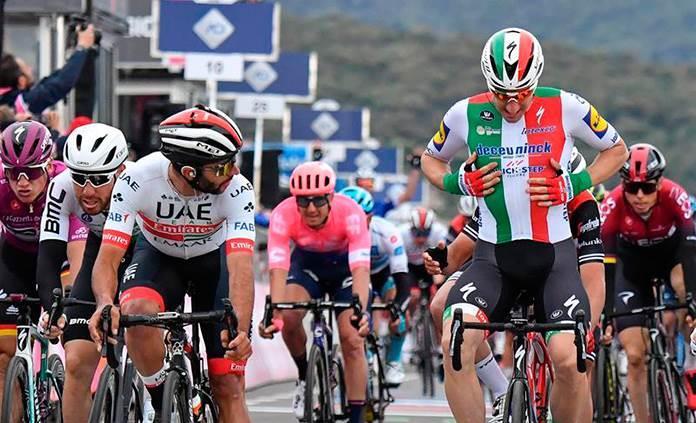 El ciclista local Elia Viviani, quien había ganado al sprint la etapa número tres del Giro de Italia 2019, quedó descalificado luego de que el jurado técnico de la 'corsa' determinara que el italiano realizó una maniobra irregular en el embalaje final.