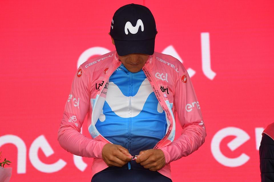 Carapaz se pone el jersey rosa de líder