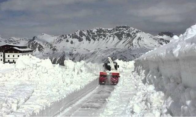 La etapa reina en duda por la nieve que cubre el Gavia