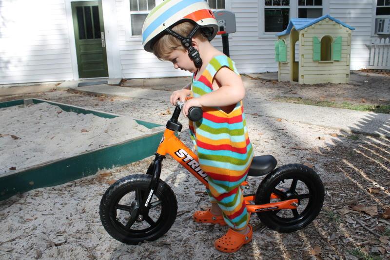 Enséñale a tus niños a montar sobre la bicicleta