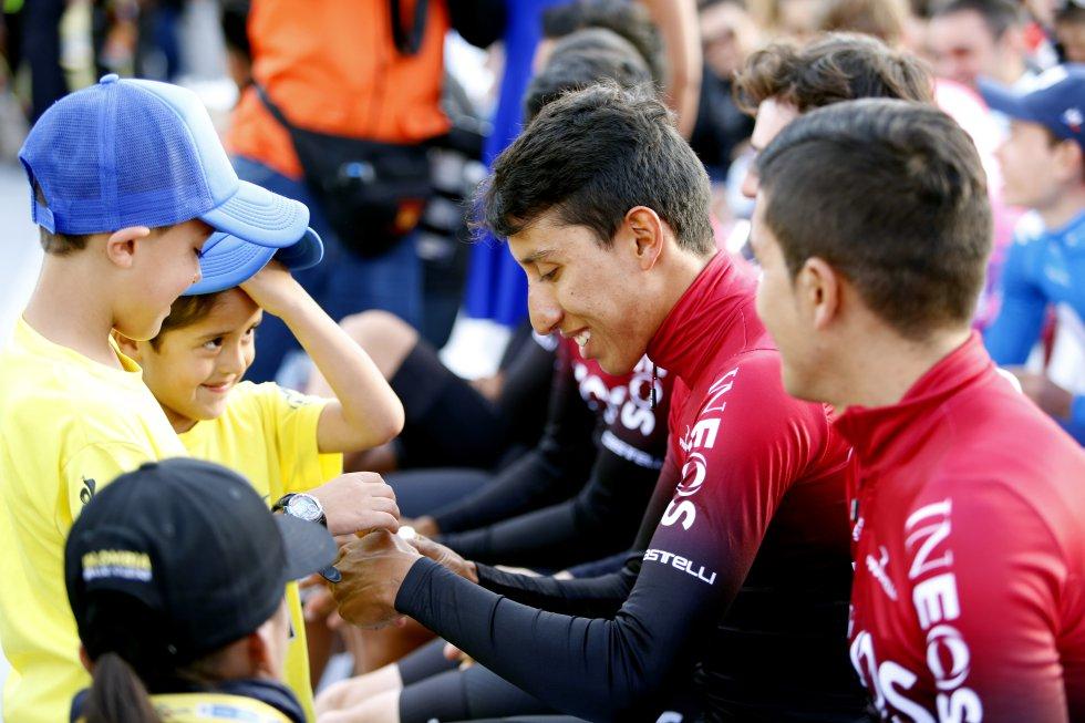 Egan Bernal saludando a sus aficionados