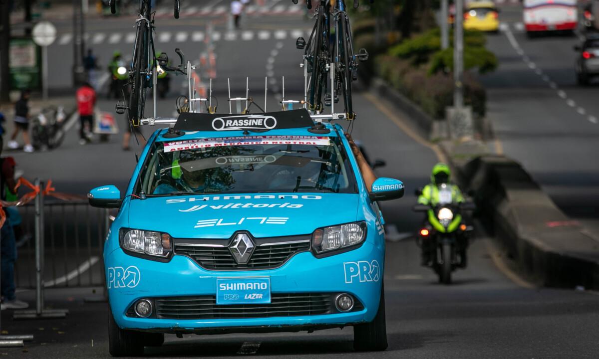 Así se vive una carrera de ciclismo desde el interior del vehículo de mecánicos