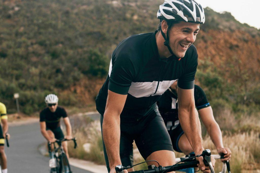 Practicar ciclismo te hace más feliz que ganar dinero