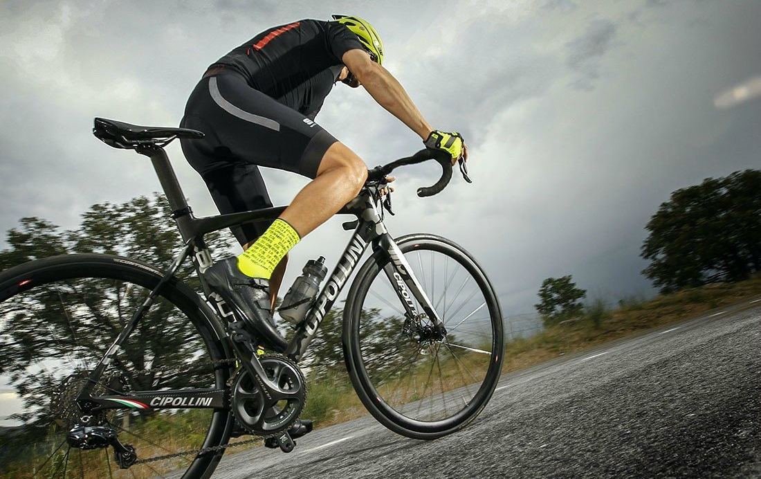 Reduce la presión en los pedales cuando estés subiendo en bicicleta