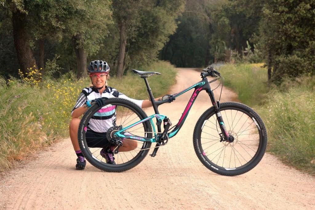 Aunque las mujeres pueden montar en cualquier tipo de bicicleta, existen modelos diseñados exclusivamente para potenciar el rendimiento de la mujer ciclista.