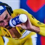 Por qué los ciclistas no pueden tomar agua