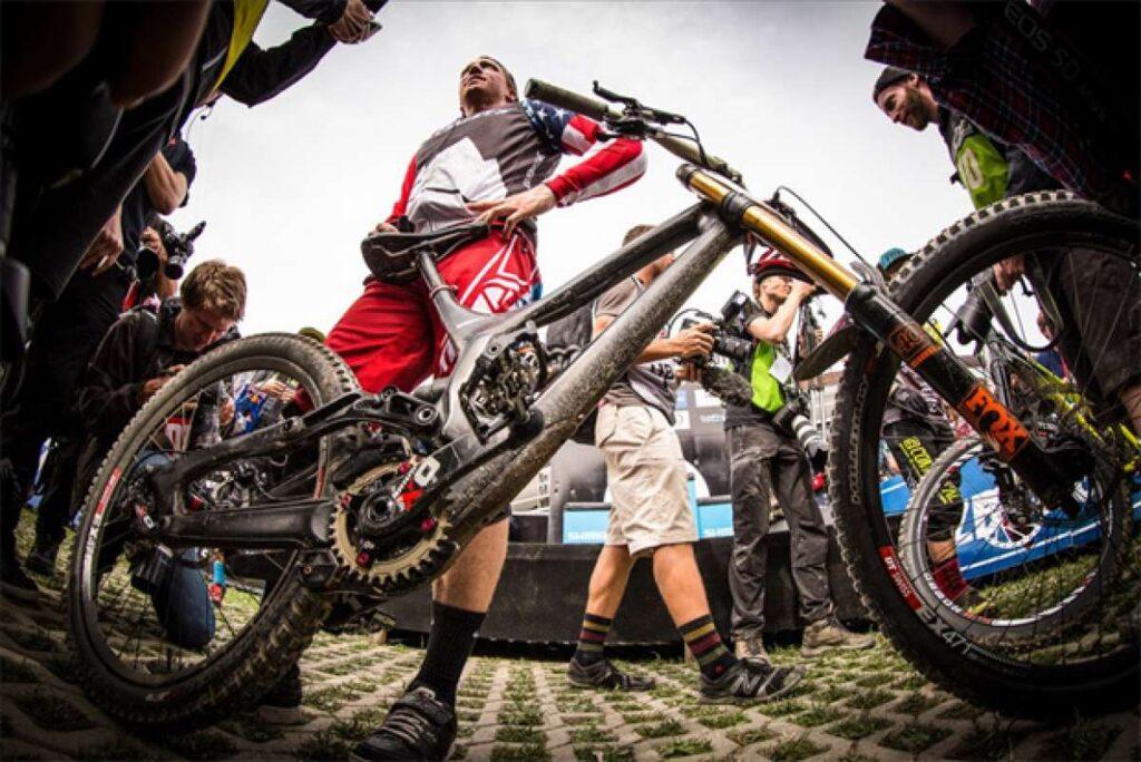 Aaron Gwin ganó la prueba de DH del Campeonato Mundial de MTB tras hacer un espectacular descenso en una bicicleta sin cadena.