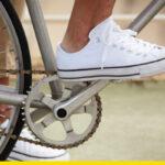 ¿Con qué parte del pie deberías pisar el pedal cuando no usas chocles o calas?