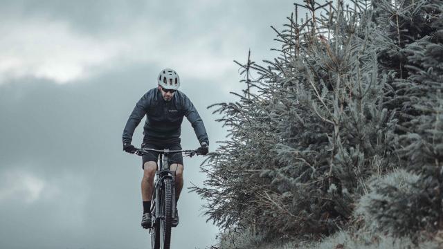 Escapa de tu zona de confort y atrévete a explorar nuevos lugares encima de una bicicleta eléctrica de montaña (e-MTB), máquinas con la potencia y la autonomía suficiente para llevarte a cualquier destino.