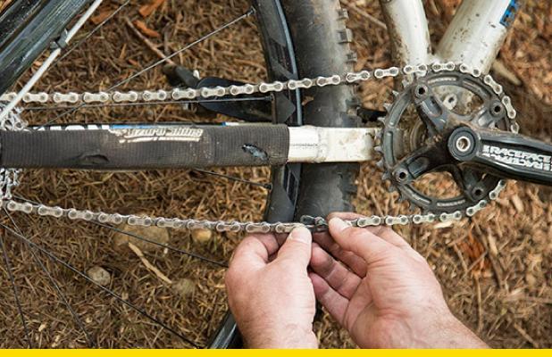 ¿Se te reventó la cadena en plena ruta?, aprende a repararla con estos pasos