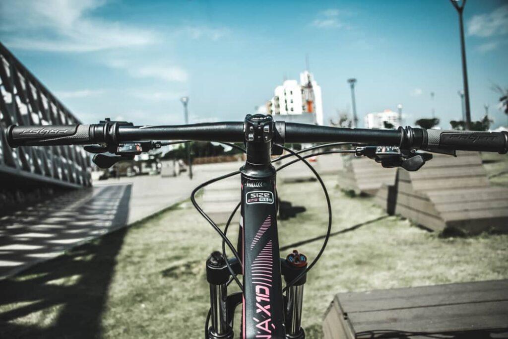 Aunque muchas personas conciben el ciclismo como una actividad recreativa y muy divertida, cada vez son más los pedalistas aficionados que deciden aumentar el nivel y usar la bicicleta para probar con rutinas de entrenamiento básico que les permita mejorar su rendimiento.