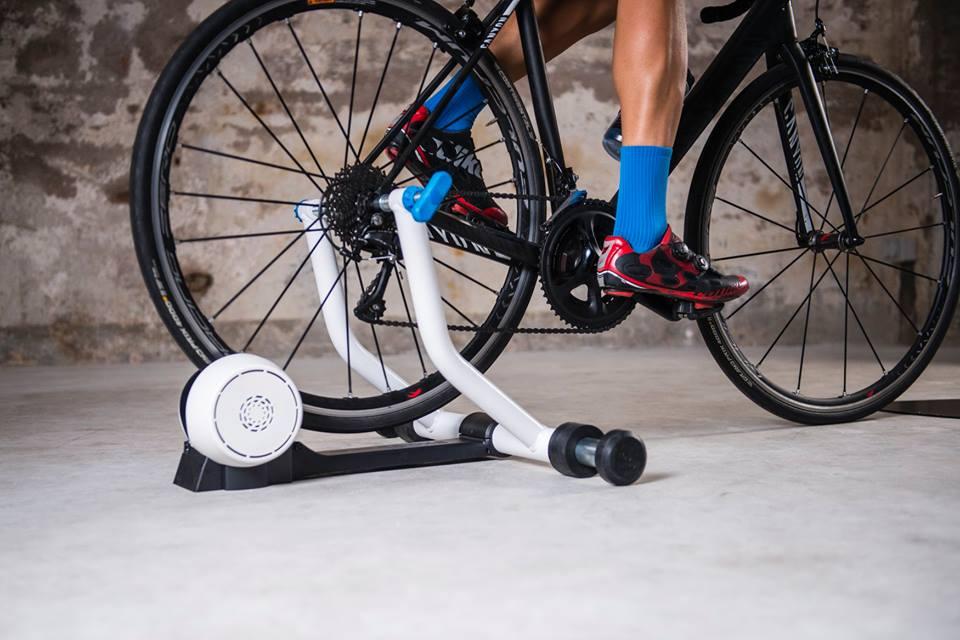 Aunque no lo creas, uno de los errores más comunes que cometen los ciclistas aficionados al momento de usar el rodillo es utilizar la misma llanta con la que salen a montar a la carretera o la montaña.