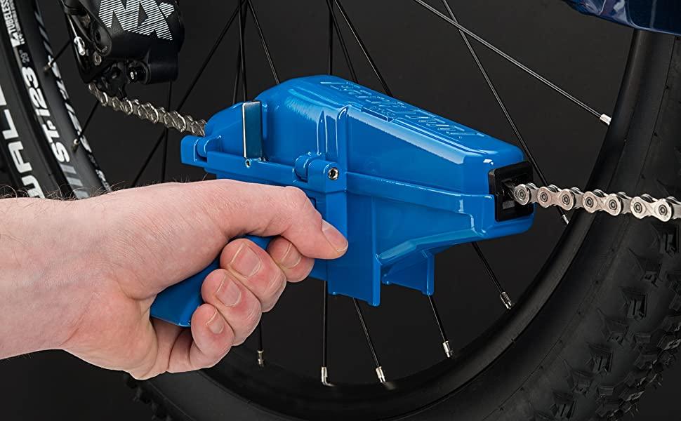 Limpiar la cadena como todo un profesional sí es posible gracias al sistema de limpieza de Park Tool, el cual te permite eliminar a profundidad las impurezas que se alojan en los eslabones de tu cadena de manera rápida y efectiva.